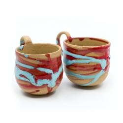 zwei handgefertigte Keramik Tassen Tassenpaar in blau/rot hangedreht - Frontansicht