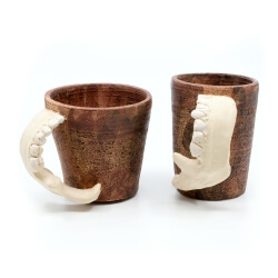 Handgetöpfertes Tassenpaar Unterkiefer LARP Utensil Trinkbecher Humpen makaber - Detail