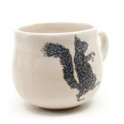 Schöne weiße handgefertigte Tasse mit Zombi Eichhörnchen Silhouette - Detail