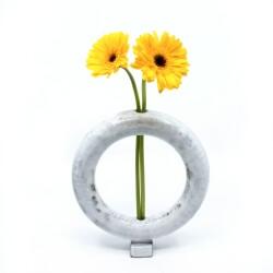 Handgemachte zirkulaere weiße Vase - Frontansicht mit Blumen