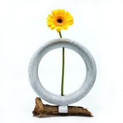 Handgemachte zirkulaere weiße Vase mit Treibholz - mit Blume